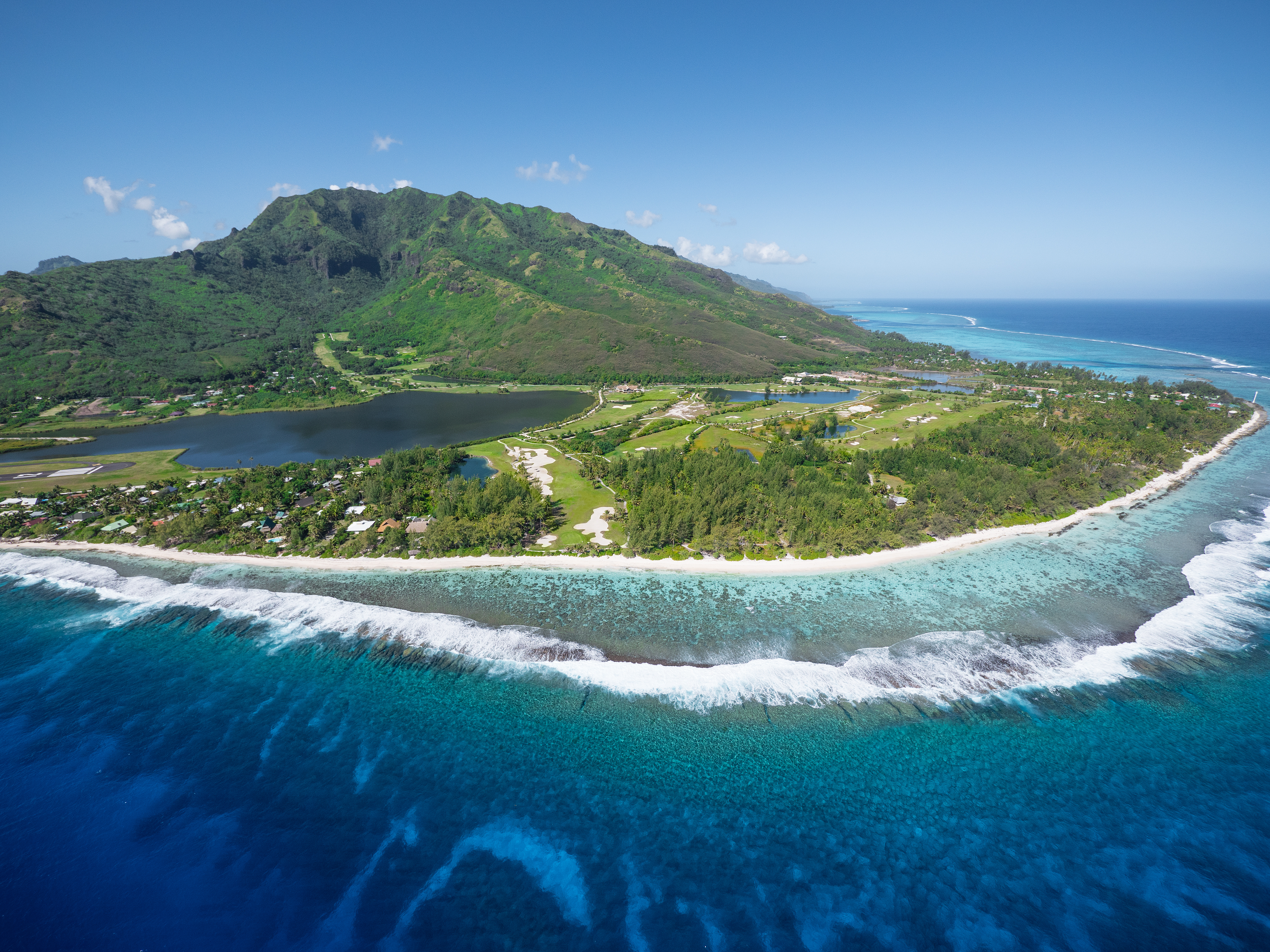 https://tahititourisme.com/wp-content/uploads/2017/08/ACTIVITES-TERRESTRES-Moorea-Green-Pearl-Golf-3.jpg