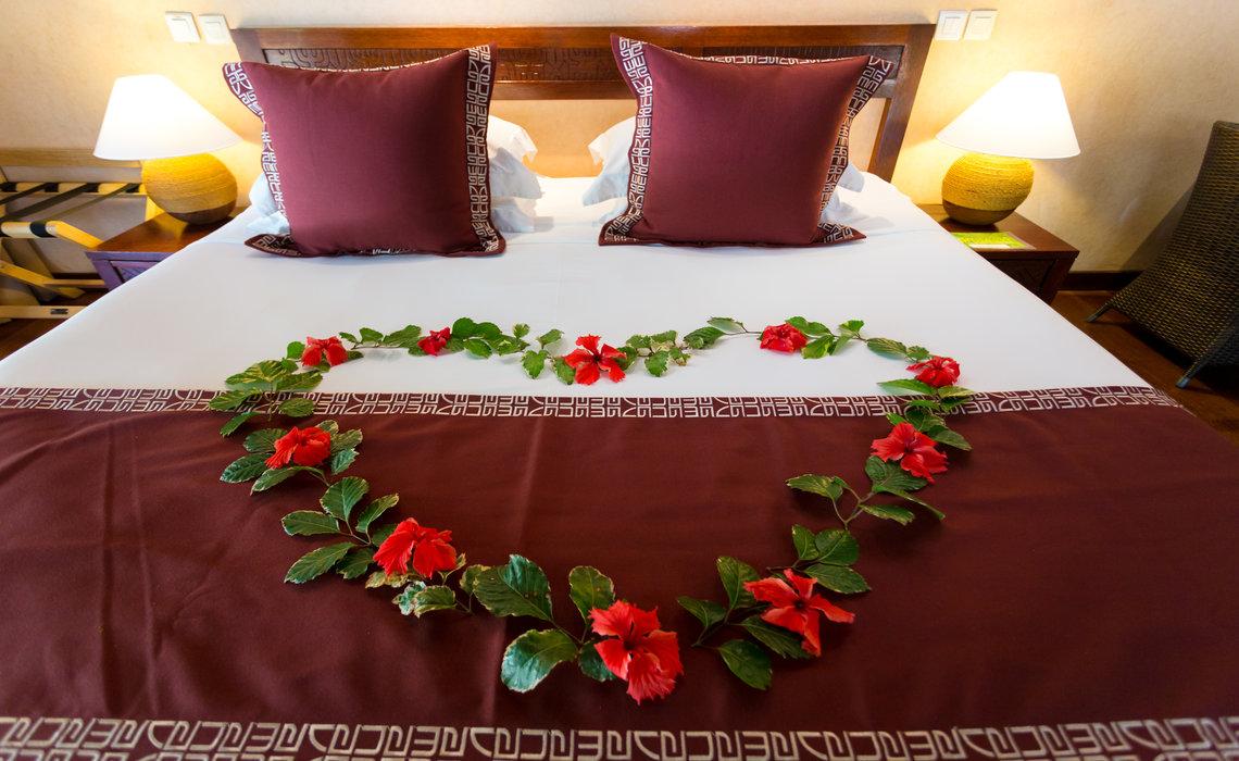 https://tahititourisme.com/wp-content/uploads/2017/08/Manva-MOZ-interior-w-flowers.jpg