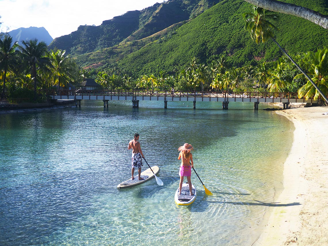 https://tahititourisme.com/wp-content/uploads/2017/10/Couple-paddling-along-the-beach-1.jpg