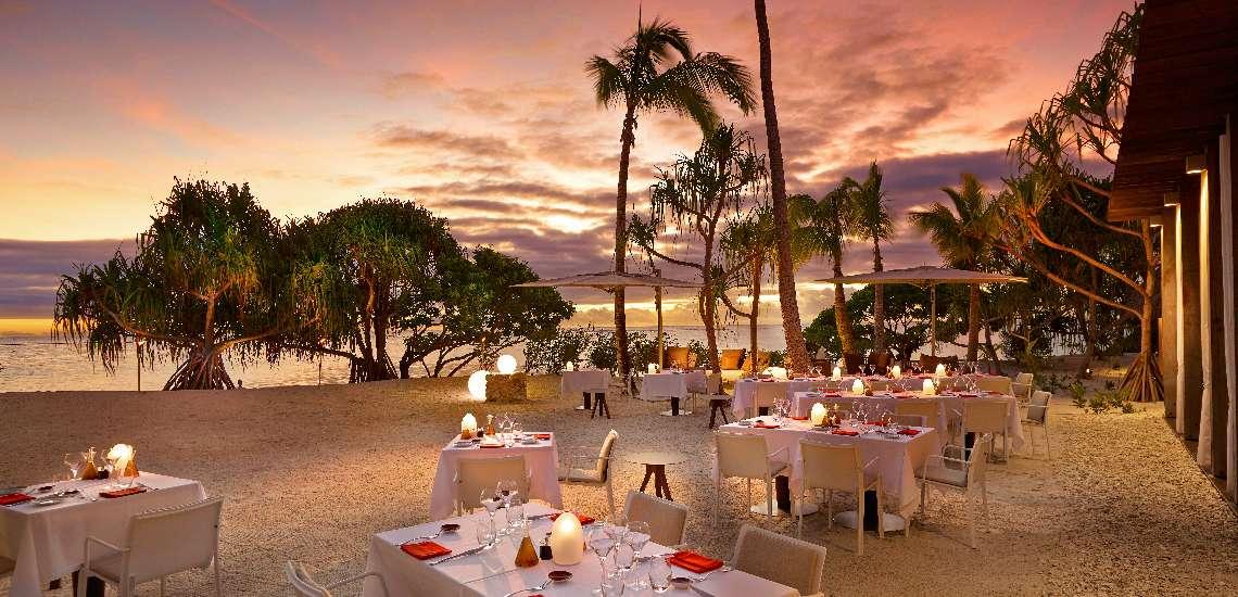 https://tahititourisme.com/wp-content/uploads/2017/11/BRANDO_Restaurant-BeachDining-Sunset-1_600.jpg