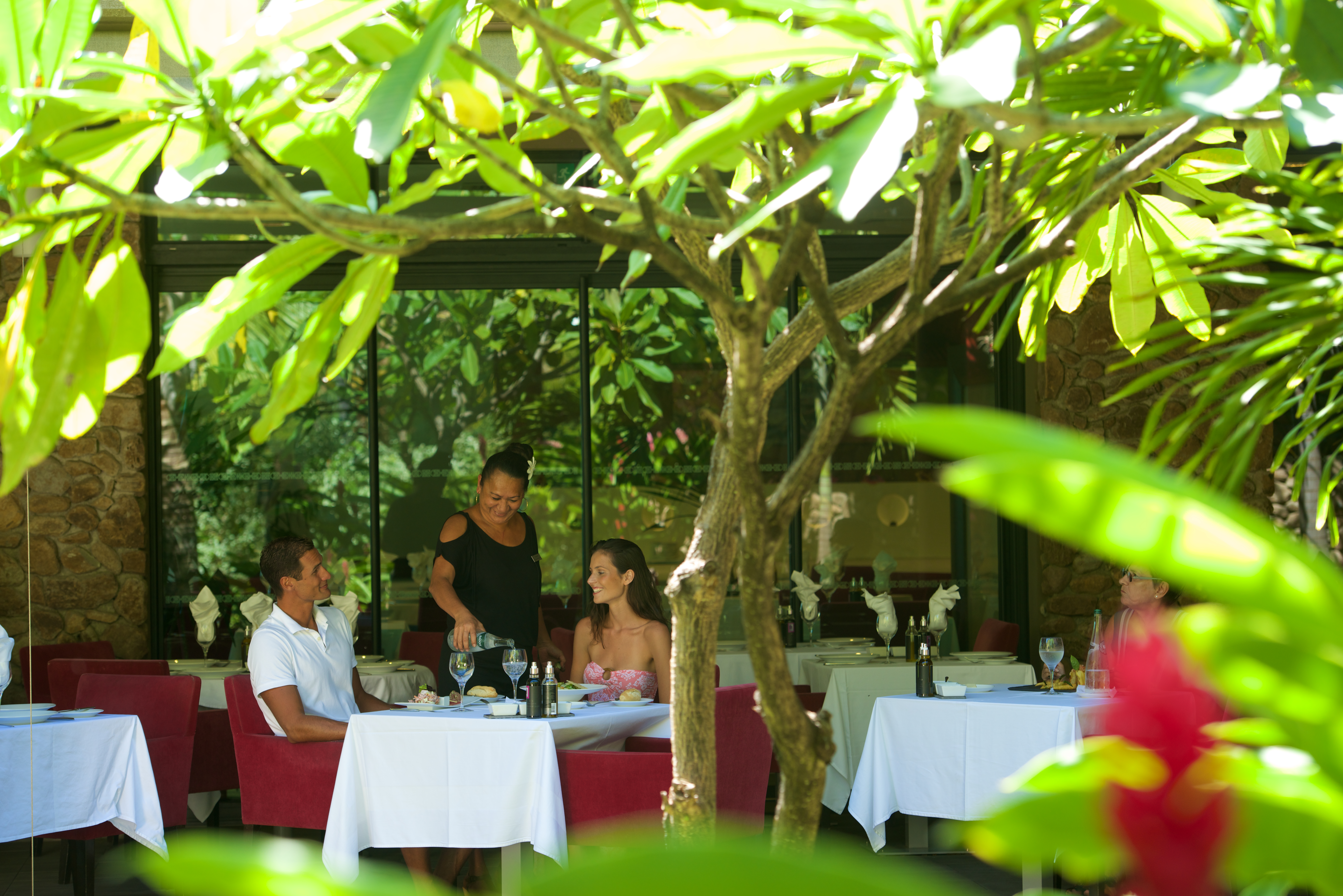 https://tahititourisme.com/wp-content/uploads/2018/03/RESTAURATION-Vaitohi-Restaurant-2.jpg