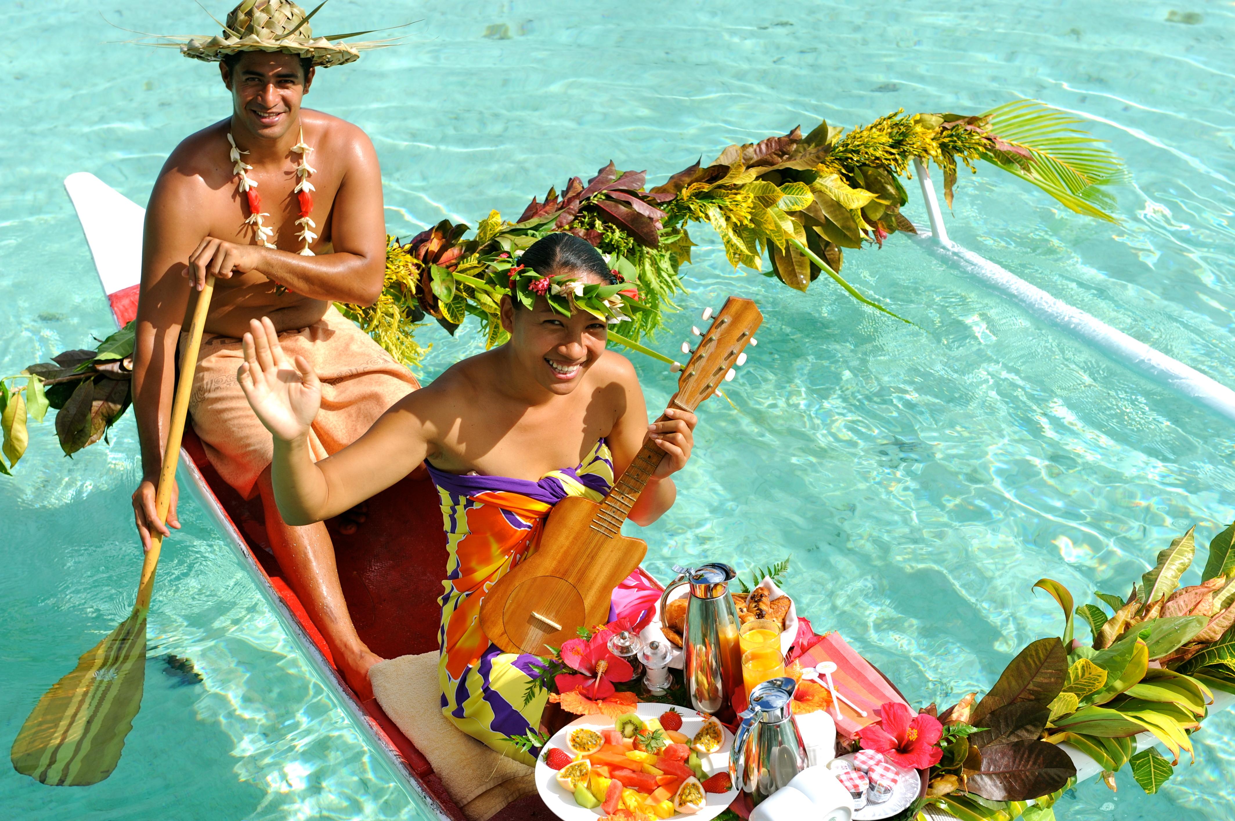 https://tahititourisme.com/wp-content/uploads/2018/03/Tahaa-Canoe-breakfast.jpg