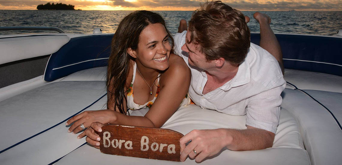 https://tahititourisme.com/wp-content/uploads/2018/06/bora-bora-sunset-love-boat-cruise-1140x550.jpg
