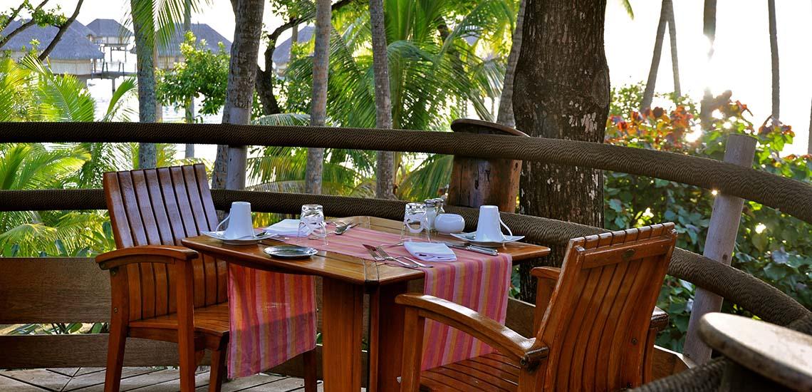 https://tahititourisme.com/wp-content/uploads/2018/12/le-tahaa-island-resort-dining-1140x550.jpg