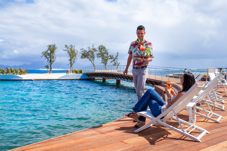 https://tahititourisme.com/wp-content/uploads/2019/01/Drinks-poolside-at-Manava-Suites-Tahiti-.-2.jpg